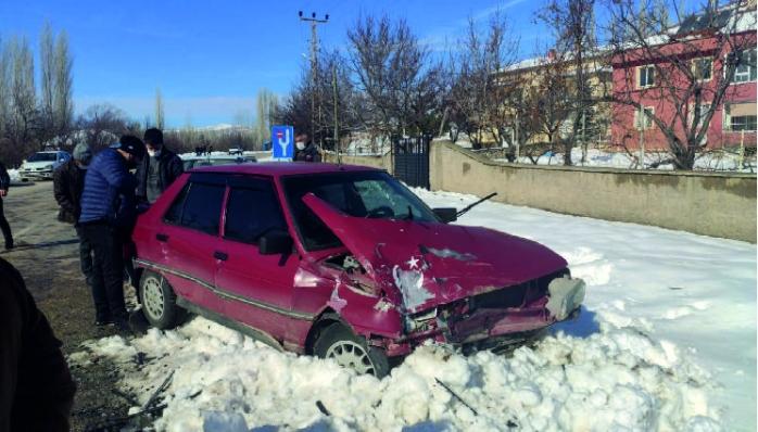 Sızır'da, 2 otomobilin çarpışması sonucu meydana gelen kazada, 3 kişi yaralandı.